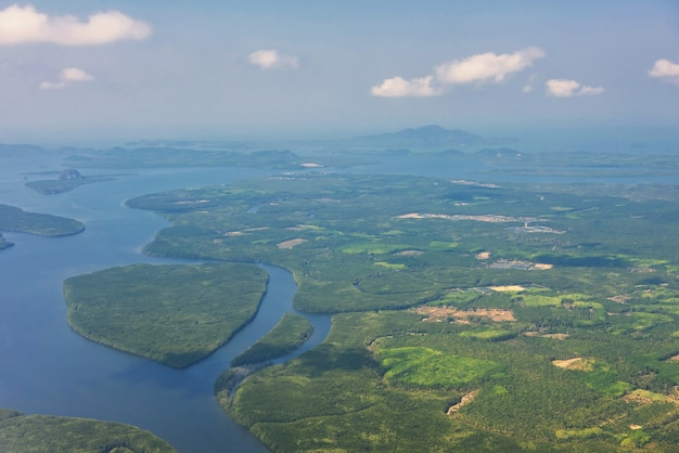 Vista aérea da paisagem da janela do avião da ilha natural de krabi e do mar de andaman no verão