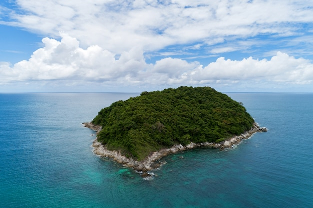 Vista aérea da paisagem da pequena ilha no mar tropical