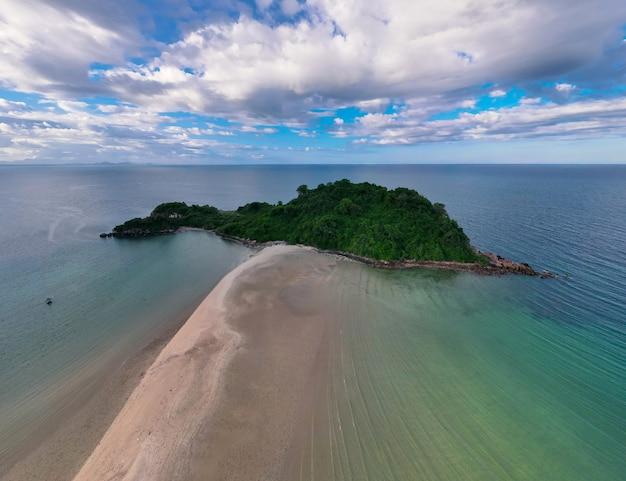 Vista aérea da paisagem de drone de ângulo superior da ilha huapin com banco de areia na baía de bo thonglang, destino de viagem em bang saphan, prachuap khiri khan, tailândia, praia calma, mar azul e céu nublado