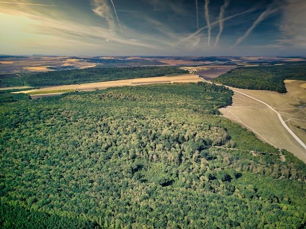 Vista aérea da paisagem de verão dos campos de fazendas. vista aérea da vila.