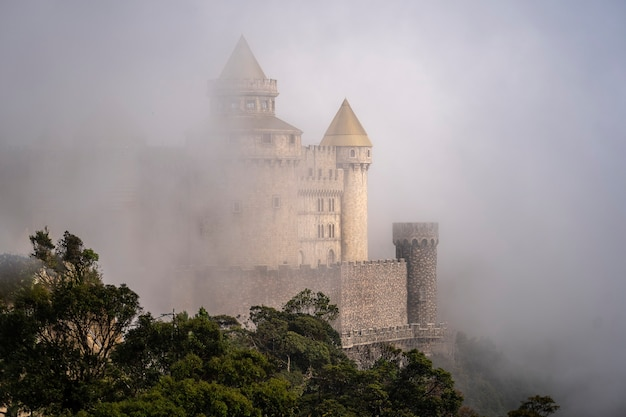 Vista aérea da paisagem é castelos cobertos de névoa no topo das colinas de bana, o famoso destino turístico de da nang, vietnã. perto da ponte dourada.