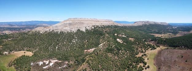 Vista aérea da paisagem montanhosa em santo domingo de silos, burgos, castilla y leon, espanha.