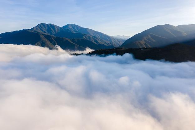 Vista aérea da paisagem urbana de puli com nuvens sobre a cidade, condado de nantou, taiwan