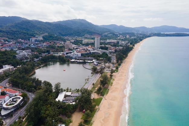 Vista aérea da paisagem urbana e o mar da praia. na praia de karon, phuket, thailan