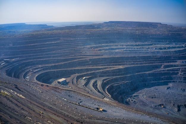 Vista aérea da pedreira da mina da fábrica de mineração no sul da ucrânia