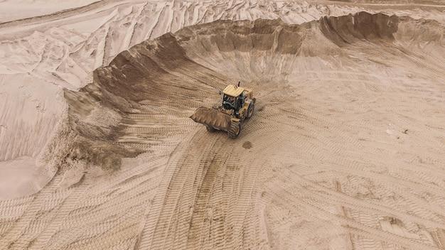 Vista aérea da pedreira de areia com escavadeira