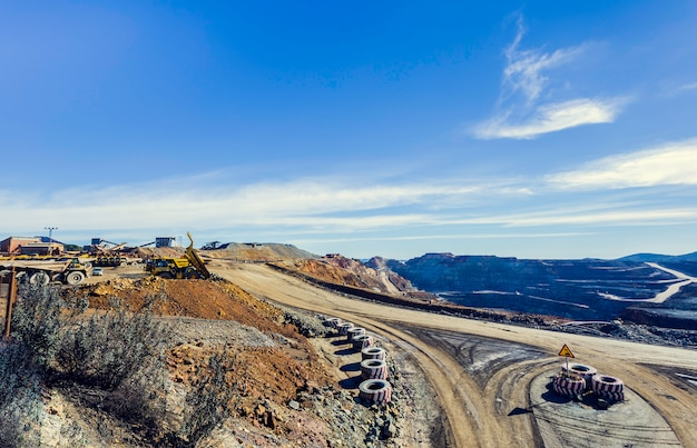 Vista aérea da pedreira de mineração a céu aberto com muitas máquinas no trabalho