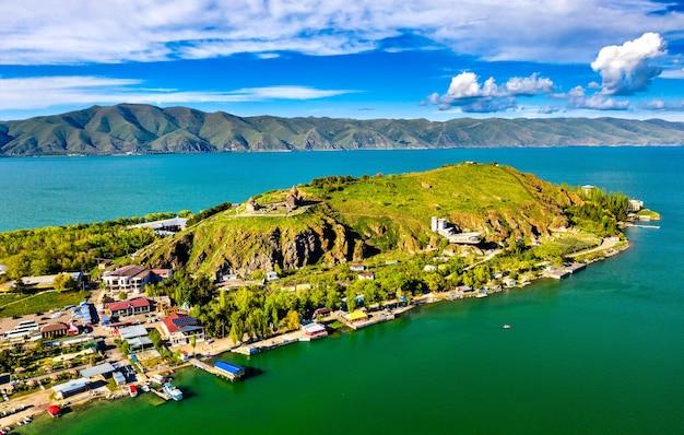 Vista aérea da península de sevan no lago sevan, na armênia