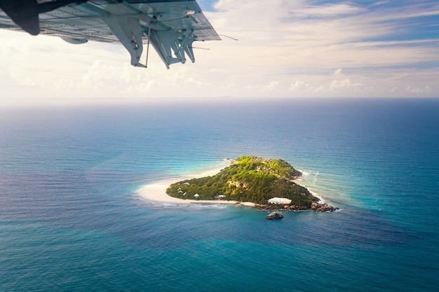 Vista aérea da pequena ilha de seychelles