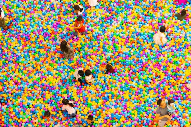 Vista aérea da piscina de bolas de plástico com crianças e pais brincando
