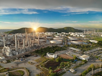 Vista aérea da planta de refinaria de óleo químico, usina no céu do sol para o conceito de indústria