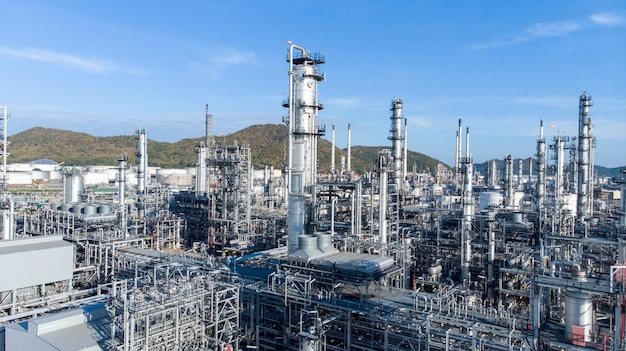 Vista aérea da planta de refinaria de petróleo químico, usina no céu azul.