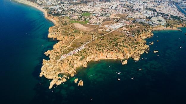 Vista aérea da ponta da piedade, em lagos, na costa do algarve, em portugal