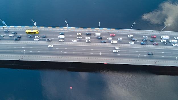 Vista aérea da ponte com tráfego rodoviário de muitos carros