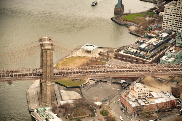 Vista aérea da ponte de brooklyn de helicóptero em nova york