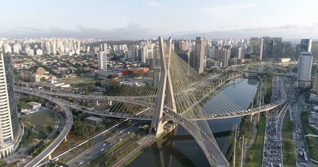 Vista aérea da ponte de estaiada. sã £ o paulo, brasil. centro de negócios. centro financeiro. ótima paisagem. famosa ponte estaiada de são paulo.