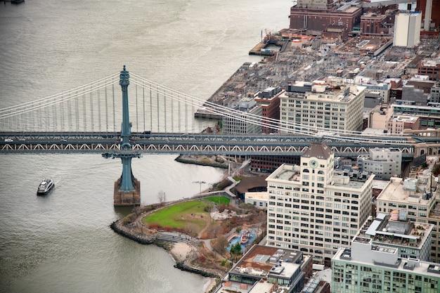 Vista aérea da ponte de manhattan do helicóptero da cidade de nova york