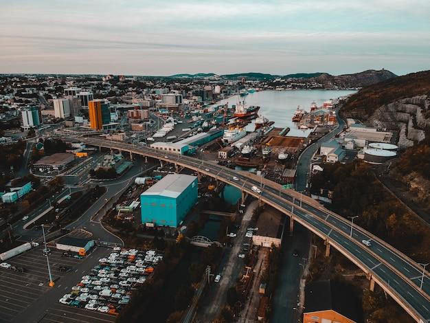 Vista aérea da ponte e veículos