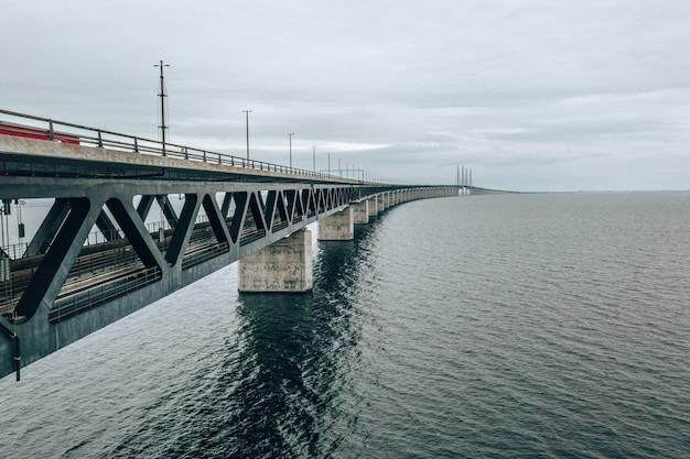 Vista aérea da ponte oresund entre a dinamarca e a suécia, oresundsbron
