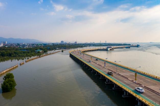 Vista aérea da ponte rodoviária sobre a costa do mar de chonburi oriental da tailândia