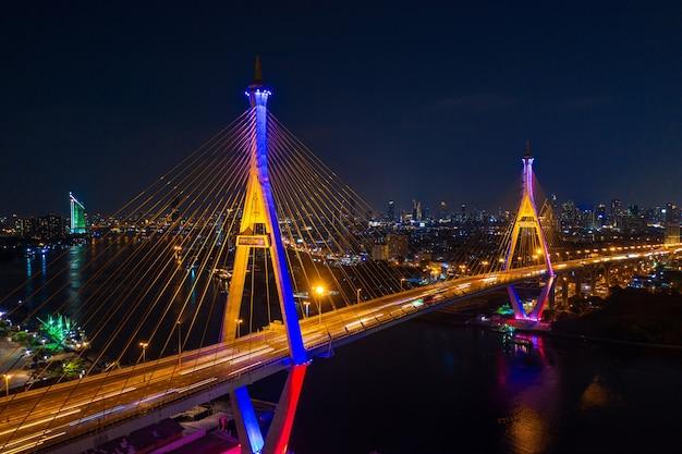 Vista aérea da ponte suspensa do anel da indústria à noite em bangkok, tailândia.