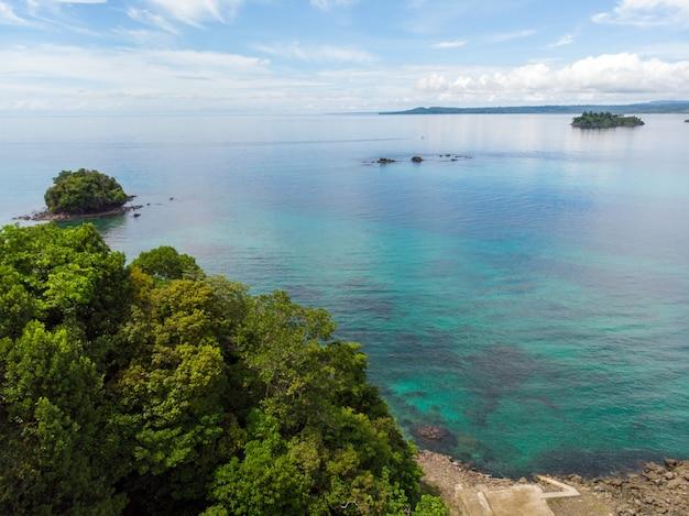 Vista aérea da praia banhada pelas águas azuis do oceano