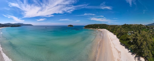 Vista aérea da praia de naiharn em phuket, tailândia