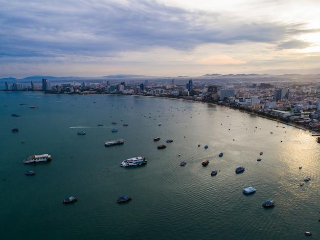 Vista aérea da praia de pattaya à medida que o sol nasce sobre o oceano. tailândia.