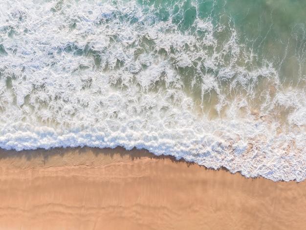 Vista aérea da praia de vista superior do drone e água do mar na praia de areia. natureza e conceito de viagens.