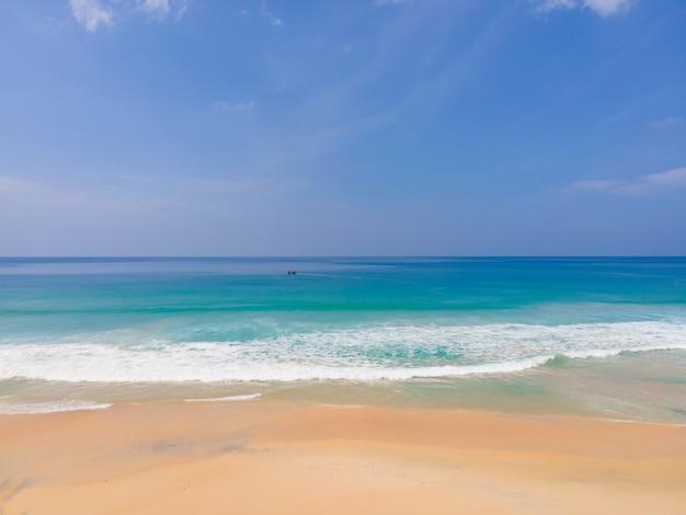 Vista aérea da praia do mar no sol de verão da natureza