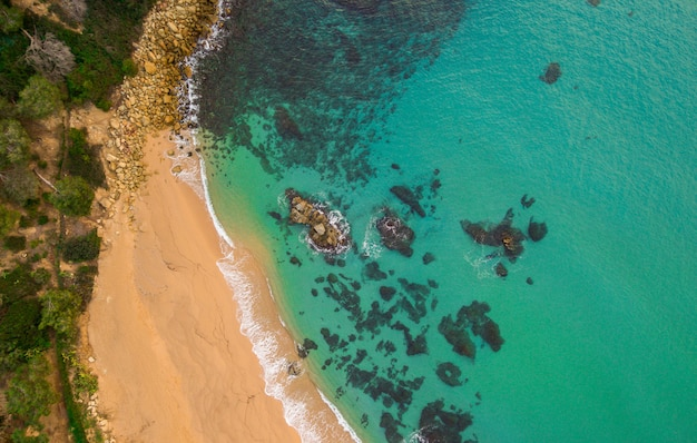 Vista aérea da praia e das ondas no mediterrâneo.