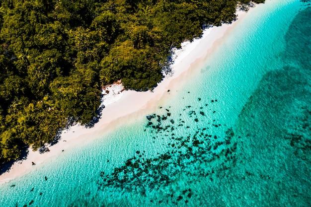 Vista aérea da praia em nyaungoophee island, myanmar