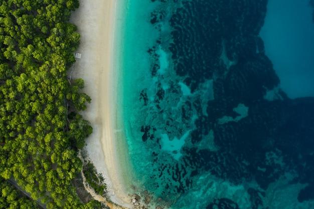 Vista aérea da praia em um dia claro na costa do sol na espanha. vista do topo.