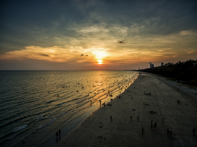 Vista aérea da praia na tailândia