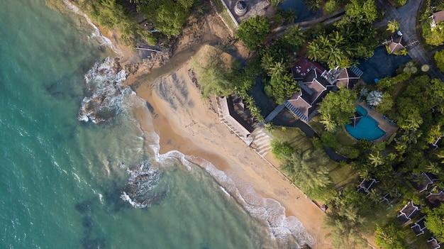 Vista aérea da praia negra natural de nangthong na tailândia, na província de kholak phangnga e na incrível e invisível tailândia