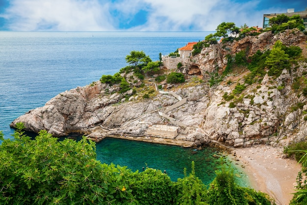 Vista aérea da praia pública de bellevue em dubrovnik, croácia