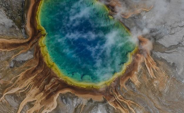 Vista aérea da primavera prismática grand no parque nacional de yellowstone, eua