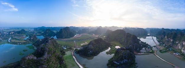 Vista aérea da região de ninh binh, atração turística de trang an tam coc, rio cênico rastejando através de cadeias de montanhas cársicas no vietnã, destino de viagem.