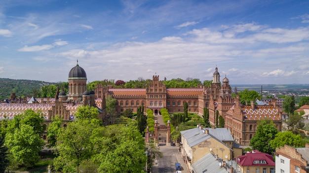 Vista aérea da residência dos metropolitanos de bukovinian e dalmatian. universidade nacional de chernivtsi. chernivtsi destino turístico da ucrânia ocidental.