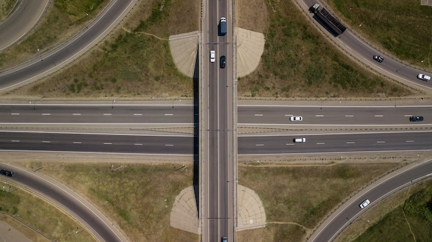 Vista aérea da rodovia e viaduto na cidade em um dia ensolarado