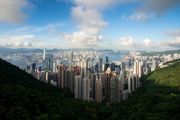 Vista aérea da skyline e do victoria harbour de hong kong com o céu azul em hong kong. ásia.