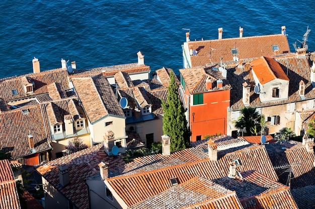 Vista aérea da torre de sino de rovinj, croácia. dia claro de verão