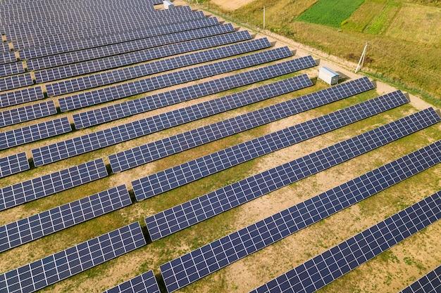 Vista aérea da usina de energia solar.