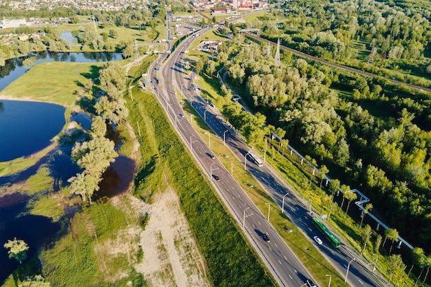 Vista aérea da via urbana no trânsito de automóveis da cidade