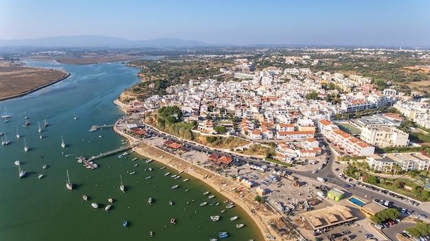 Vista aérea da vila de alvor, no verão, no sul de portugal, algarve