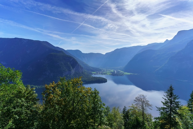 Vista aérea da vila de hallstatt e do lago hallstatt do patrimônio mundial, áustria