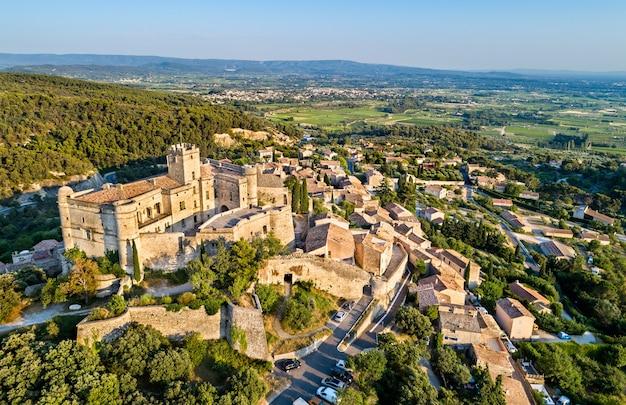 Vista aérea da vila de le barroux com seu castelo - provença, frança