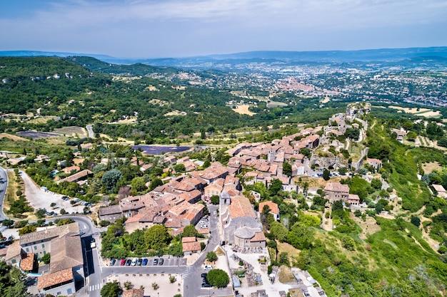 Vista aérea da vila de saignon na provença - frança