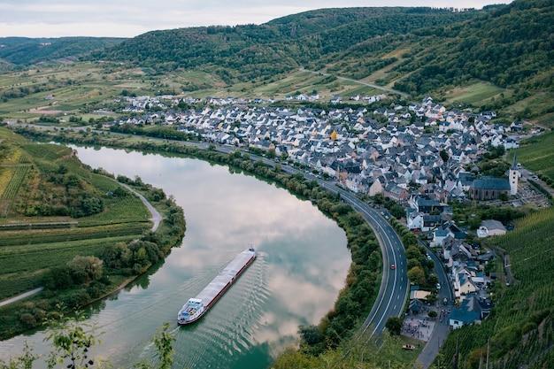 Vista aérea da vila do vinho bremm, calmont, rio mosela, renânia-palatinado
