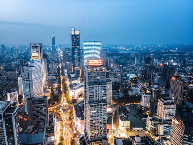 Vista aérea da visão noturna de edifícios modernos da cidade em nanjing